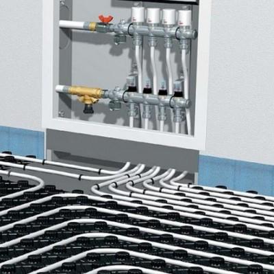 Коллектор перед подключением труб уже должен быть установлен на постоянное место.